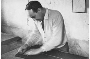 1949 - Il sarto Pieri che taglia un abito maschile 60d0f02abdf
